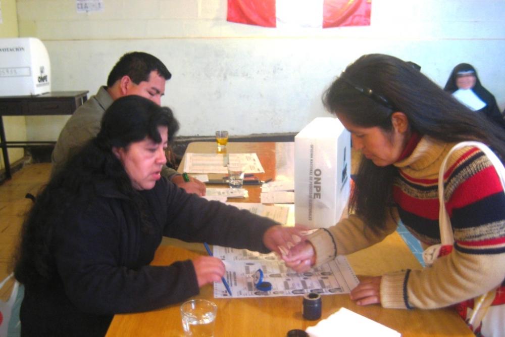 Ciudadanos peruanos residentes en atacama podr n votar for Mural de la casa del migrante